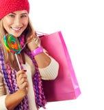 Hübsche Frau mit Süßigkeit und Papierbeutel Lizenzfreie Stockfotos