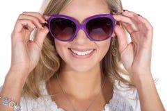 Hübsche Frau mit Sonnenbrille Stockbild