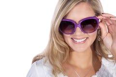 Hübsche Frau mit Sonnenbrille Lizenzfreie Stockfotografie