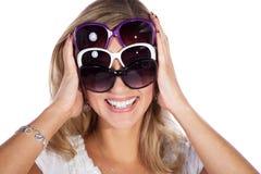 Hübsche Frau mit Sonnenbrille Stockfotografie