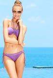 Hübsche Frau mit Sonnenbrille ein am Pool Lizenzfreies Stockbild