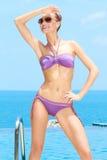 Hübsche Frau mit Sonnenbrillen ein am Pool Stockfoto