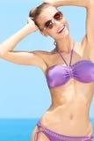 Hübsche Frau mit Sonnenbrillen ein am Pool Lizenzfreies Stockbild