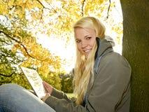 Hübsche Frau mit Tablet-PC Stockfoto