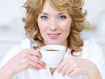 Hübsche Frau mit Tasse Kaffee Stockbilder