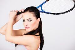 Hübsche Frau mit Tennisschläger Stockfoto