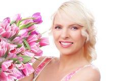 Hübsche Frau mit Tulpen im Frühjahr Lizenzfreies Stockbild