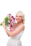 Hübsche Frau mit Tulpen im Frühjahr Stockfotografie