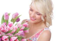 Hübsche Frau mit Tulpen im Frühjahr Lizenzfreie Stockfotografie