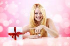 Hübsche Frau mit Weihnachtsgeschenk Lizenzfreie Stockfotografie
