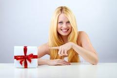 Hübsche Frau mit Weihnachtsgeschenk Lizenzfreie Stockbilder