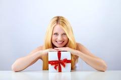 Hübsche Frau mit Weihnachtsgeschenk Lizenzfreies Stockfoto