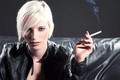 Hübsche Frau mit Zigarette Lizenzfreies Stockbild
