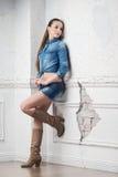 Hübsche Frau mit zufälliger Art auf der alten Wand Lizenzfreie Stockfotos