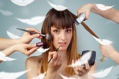 Hübsche Frau am Salon mit ätherischem Konzept lizenzfreie stockbilder