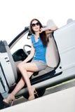Hübsche Frau sitzt im Cabriolet mit geöffneten der Seitentür Lizenzfreie Stockbilder