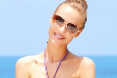 Hübsche Frau am Strand mit Sonnenbrillen Stockfotos