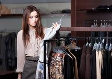 Reizende Frau ist im Geschäft Stockbild