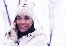 Hübsche Frau am Telefon draußen im Winter Lizenzfreies Stockbild