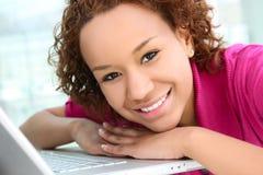 Hübsche Frau und Computer Stockfoto