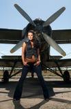 Hübsche Frau und ein Flugzeug lizenzfreies stockfoto