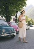 Hübsche Frau und Retro- Autos Stockfotografie