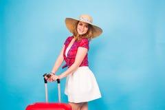 Hübsche Frau und roter Koffer Schönheits-, Mode-, Reise- und Leutekonzept Lizenzfreies Stockfoto