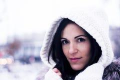 Hübsche Frau unter der Haube Lizenzfreie Stockfotografie