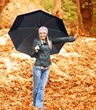 Hübsche Frau unter Regenschirm Stockfoto
