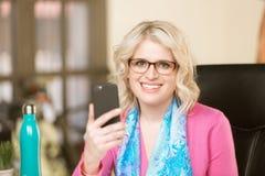 Hübsche Frau unter Verwendung des intelligenten Telefons lizenzfreies stockfoto