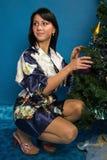 Hübsche Frau verzieren einen Weihnachtsbaum Lizenzfreies Stockbild