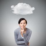 Hübsche Frau zeigt die Ruhegeste, die ihre Lippen berührt Lizenzfreie Stockfotografie