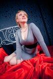 Hübsche Frauen auf Weinlesebett Lizenzfreies Stockfoto