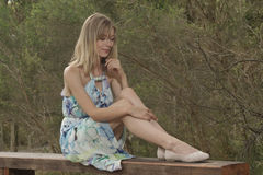 Hübsche Frauen, die auf ihren Schuhen schauen Lizenzfreie Stockfotos