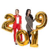 Hübsche Frauen, die große goldene Nr. 2019 halten Glückliches neues Jahr Stockfotos