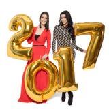 Hübsche Frauen, die große goldene Nr. 2017 halten Glückliches neues Jahr Lizenzfreie Stockbilder