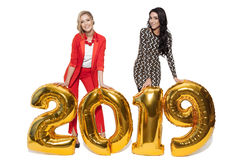 Hübsche Frauen, die große goldene Nr. 2019 halten Glückliches neues Jahr Lizenzfreie Stockfotografie