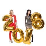 Hübsche Frauen, die große goldene Nr. 2018 halten Glückliches neues Jahr Stockfotos