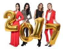 Hübsche Frauen, die große goldene Nr. 2017 halten Glückliches neues Jahr Stockfotografie