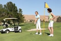 Hübsche Frauen-Golfspieler Stockbild