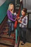 Hübsche Frauen im alten Haus sprechen über Nachrichten Stockfoto
