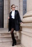 Hübsche Frauen im schwarzen Mantel Lizenzfreie Stockfotos