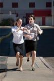 Hübsche Frauen spät für Arbeit Stockfoto