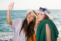 Hübsche Frauen am Strand, der Selfie nimmt Lizenzfreies Stockfoto