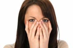 Hübsche Frauen-versteckender Mund Stockfoto