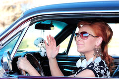 Hübsche Frauen-wellenartig bewegendes hallo lizenzfreie stockfotografie