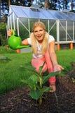 Hübsche Frauengärtner-Bewässerungsanlage Lizenzfreie Stockfotografie