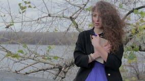 Hübsche Frauenlesung im Park-, einsamem und erschrockenem, defektemherzen stock footage
