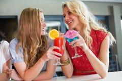 Hübsche Freunde, die zusammen Cocktails trinken Stockbilder