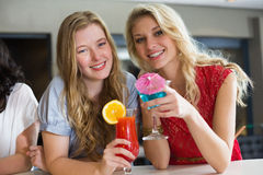 Hübsche Freunde, die zusammen Cocktails trinken Lizenzfreie Stockfotos